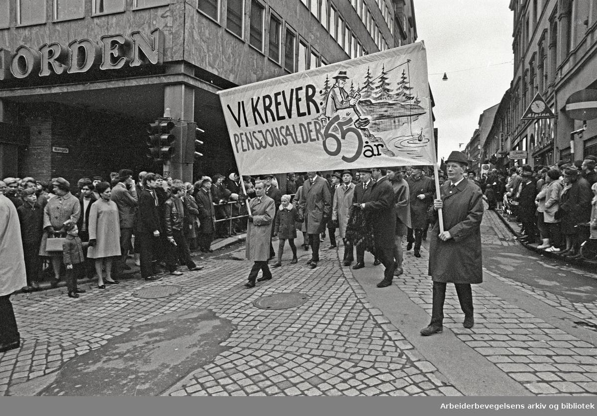 1. mai 1969 i Oslo.Demonstrasjonstoget i Karl Johans gate.Parole: Vi krever pensjonsalder 65 år
