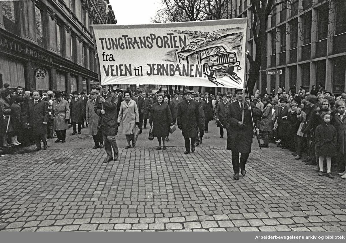 1. mai 1969 i Oslo.Demonstrasjonstoget i Karl Johans gate.Parole: Tungtransporten fra veien til jernbanen.