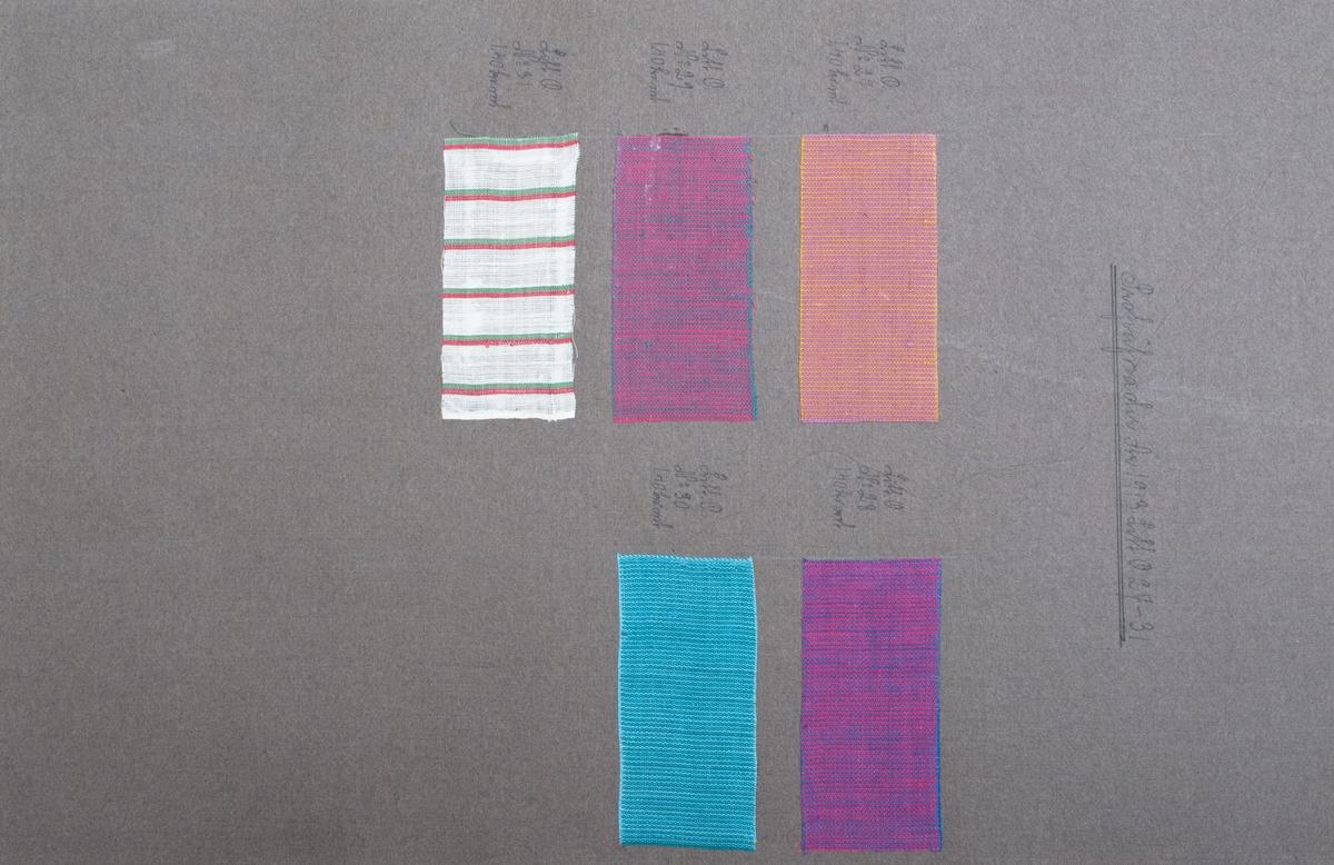 """Stort gråbrunt pappersark med 5 stycken tygprover uppklistrade. Fyra av proverna har en färg på varpen och en annan på inslaget, det sista provet är randigt i vitt, rött och grönt. Det randiga provet är i tuskaft , de andra är i en tuskaftvariation. Text högst upp på sidan; """"Profväfnader År 1913 Litt. O. 27-31"""". Vid varje prov står också """"Litt O."""" samt ett nummer och tygets pris per meter."""