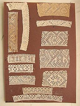 Brun pappkartong med 12 stycken olika breda prover på skånsk knyppling. Vid varje prov finns en stor buokstav. A. 11,5 x 3, 5 cm. B. 14 x 2 cm. Ej knypplat hörn,tulpan,plättar. C. 9 x 4 cm. Trissehjärta,kryckehjärta,trissa, uddspetsen är sexhålstagg med halva trissor. D. 10 x 1,8 cm E. 7,5 x 4 cm. Bladstjärna. F. 8 x 5,2 cm. Viddelövstulpan, kryckehjärta, hötjuveskack, sexhålstagg i kanten. G.7 x 4,5 cm H. 8 x 2,3 cm. I. 7 x 2,2 cm. J. 7,5 x 2,5 cm. Grenahål i kanten,halva bladstjärnor samt sexhållslagg med sjubladrosa. K.8,5 x 2 cm.L. 14 x 2 cm. Sexhålstagg med tulpan. L. 15 x 2 cm.