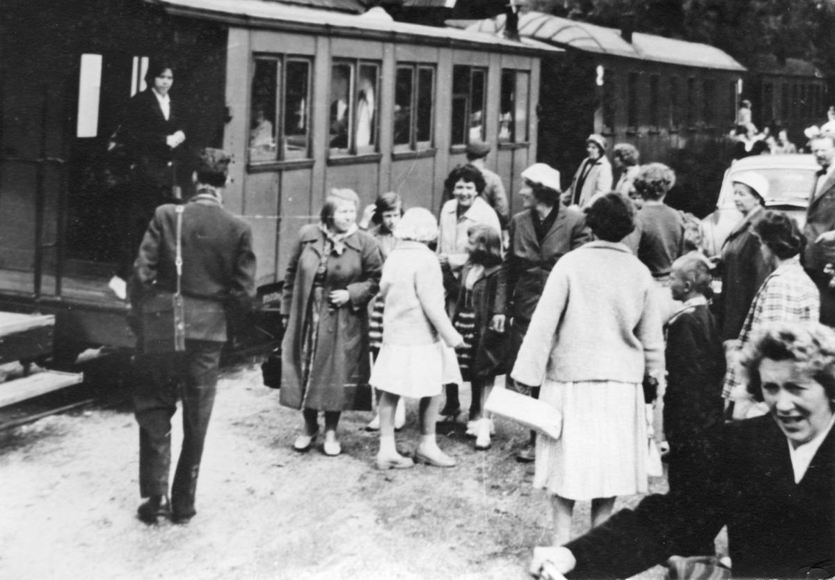Mange reisende på stasjonen på siste driftsdag på Urskog-Hølandsbanen.