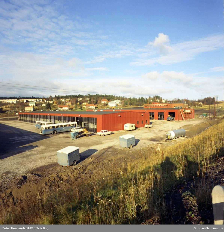 Exteriörbild av Sundfrakts garage och verkstad vid Norra vägen, Råstabacken. Bilden tagen från motorvägen och bakom skymtar Bosvedjan.