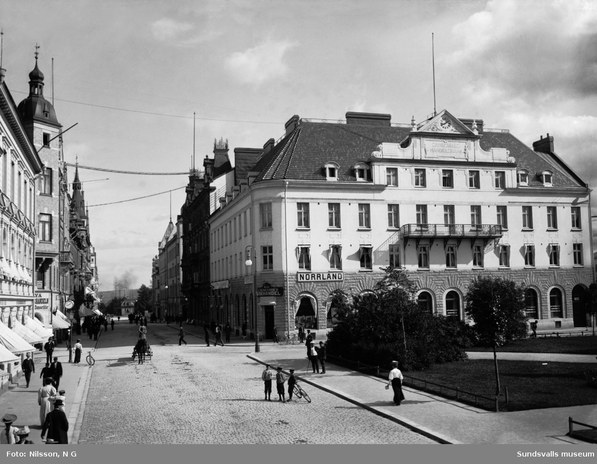Handelsbankens kontor i hörnet Storgatan-Bankgatan. Sunessons bokhandel finns mot Storgatan i samma byggnad.
