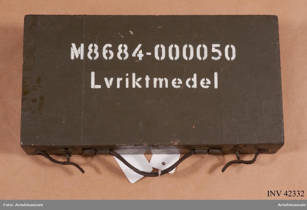 Grupp E IV. Låda (med riktmedel) till dubbel kulspruta m/1936 för luftvärn. Till kulsprutan finns lavett, två pipor i fodral, vattenlåda, reservdelslåda, riktmedel i låda, två ångslangar, sex bandlådor, två bärband, två stödremmar för bandlåda och kapell.
