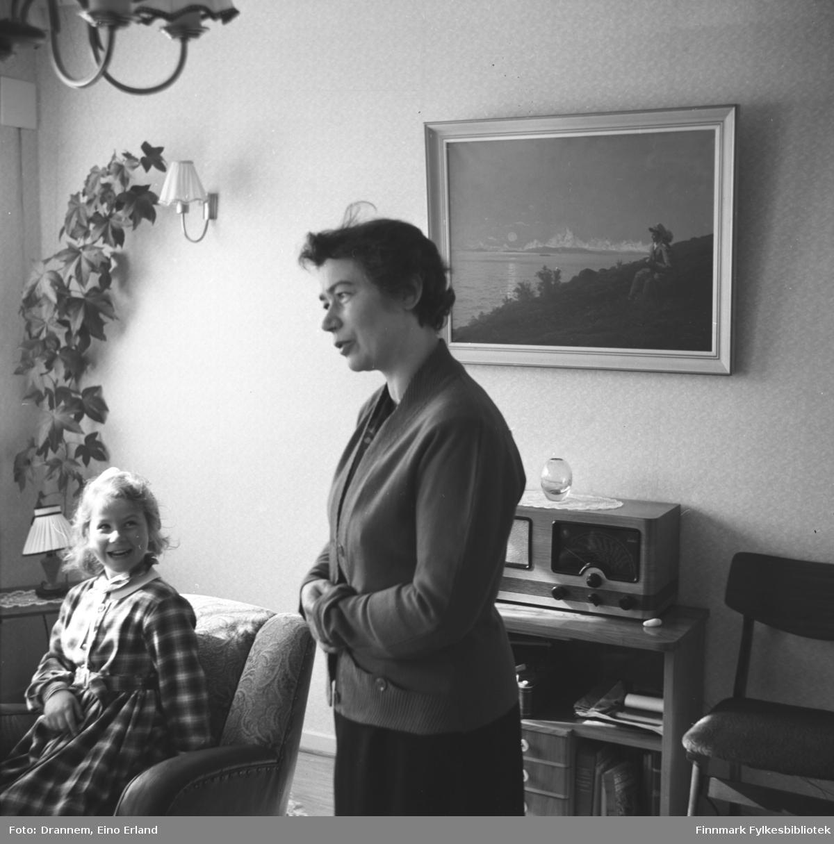 Turid Lillian med sin mor Jenny Drannem fotografert i stuen deres i 17. mai