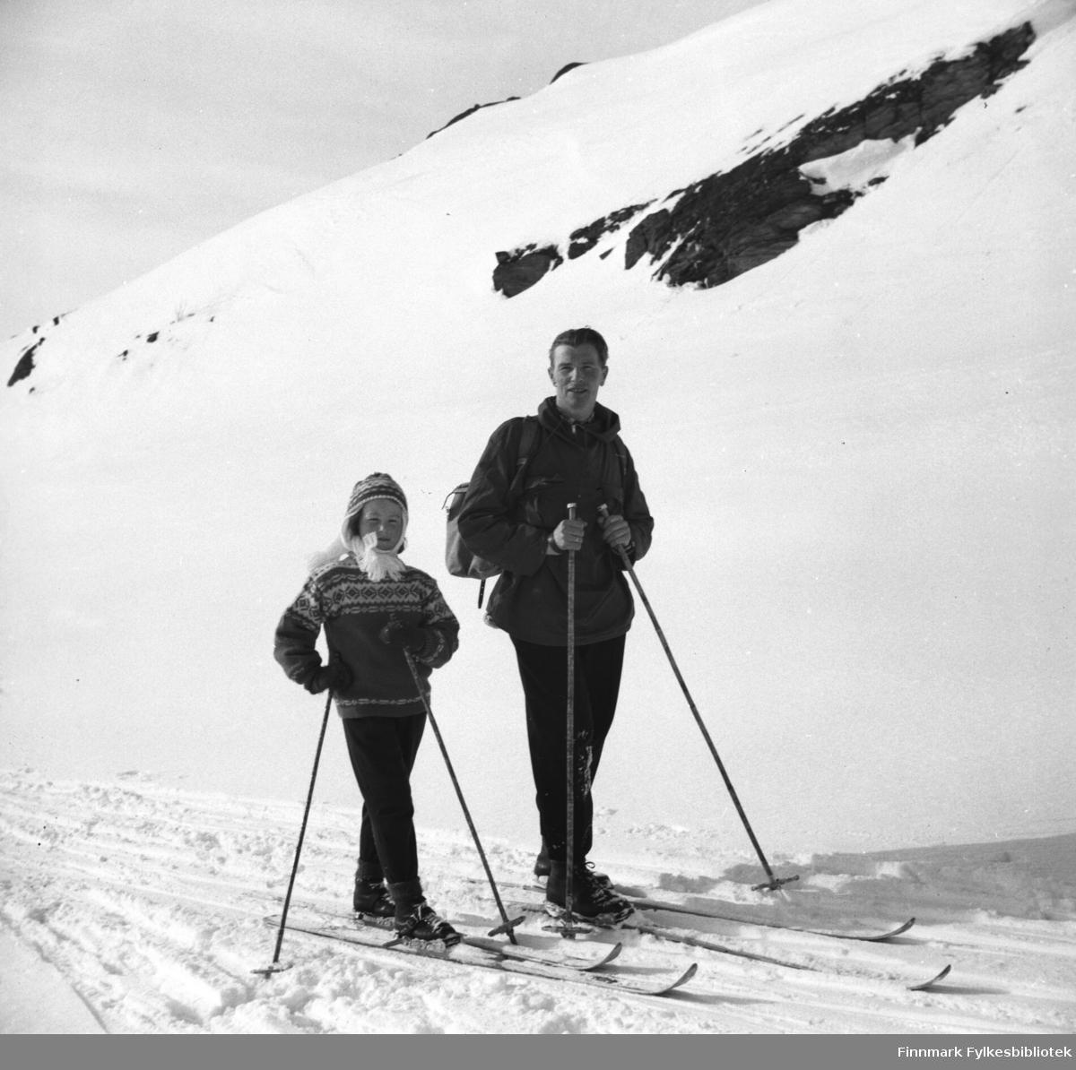 Påsketid. Turid Lillian med sin far Eino Drannem på skitur