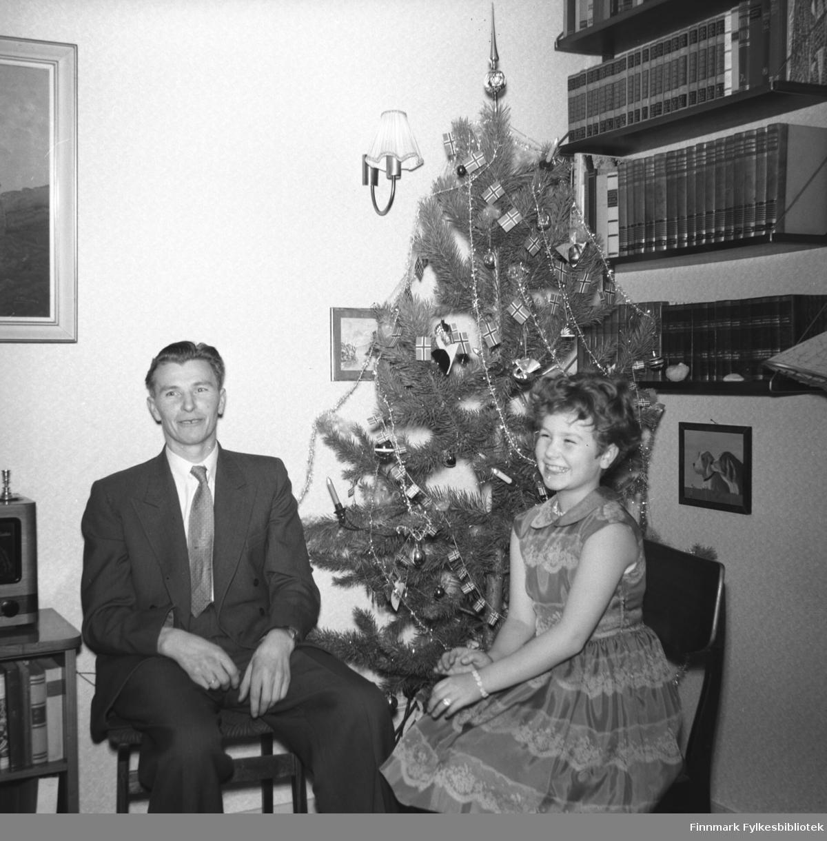 Far med sin datter: Eino Drannem og Turid Lillian fotografert ved juletre