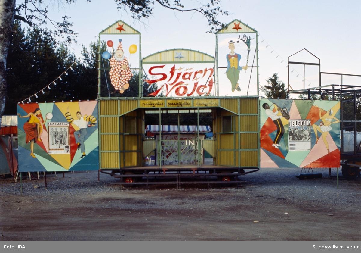 Nöjesplatsen Gläntan i Tynderö. Entrén. Där fanns från 1940 till en bit in på 1970-talet en dansloge med kafé samt tombola och skjutbana m m. Vid entrén sitter dansbandsaffischer med reklam för Telstars och Beatmakers. Verksamheten drevs av Tynderö IK till 1960-talet då en privatperson vid namn Lindberg från Stockholm arrenderade och drev verksamheten tills dess att den upphörde.