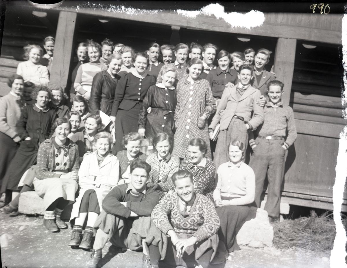 Gruppebilde av et elevkull fra 1937-1938.