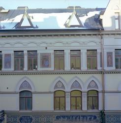Exteriörbilder av fasad- och byggnadsdetaljer på fastigheten