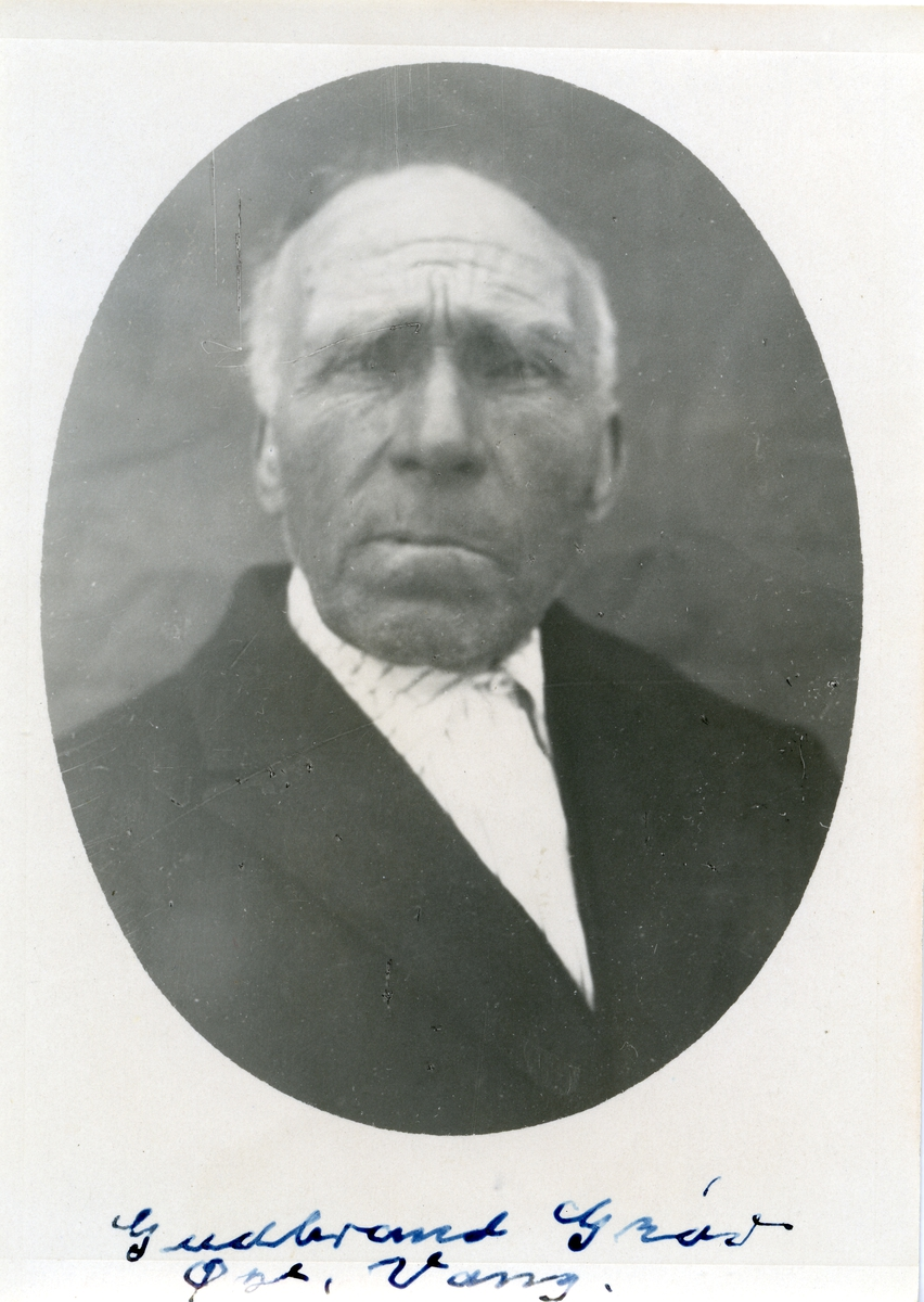Bilde i halvfigur av mann iført hvit skjorte og svart jakke.