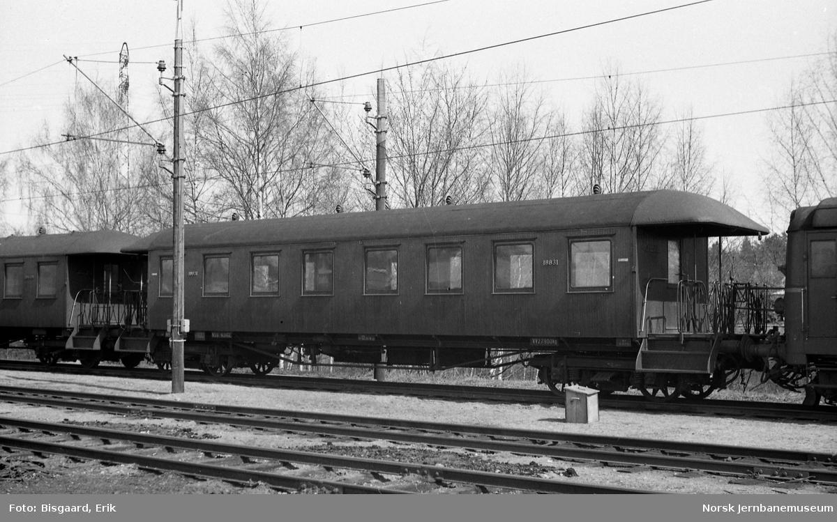 Mellomvogn for motorvogntog litra B65 nr. 18831 på Ski stasjon