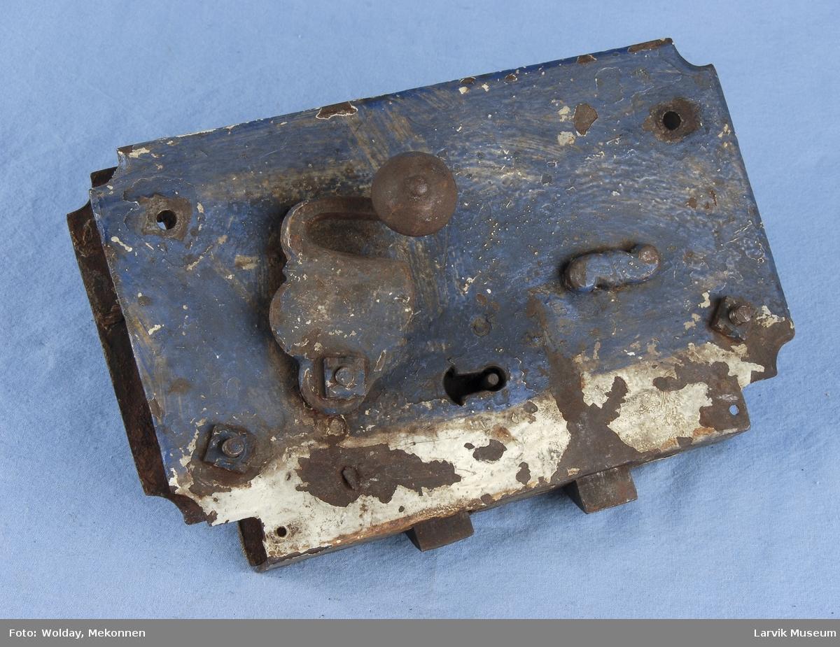Form: lås til å felle inn i døren,med beslag og vrider