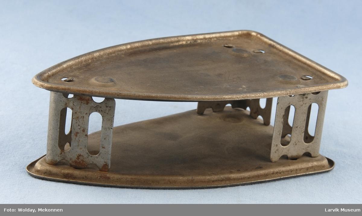 """Form: To deler av fasongen til en strykejernsåle  står over hverandre bundet sammen i hjørnene av gjennomhullede """"vegger""""."""