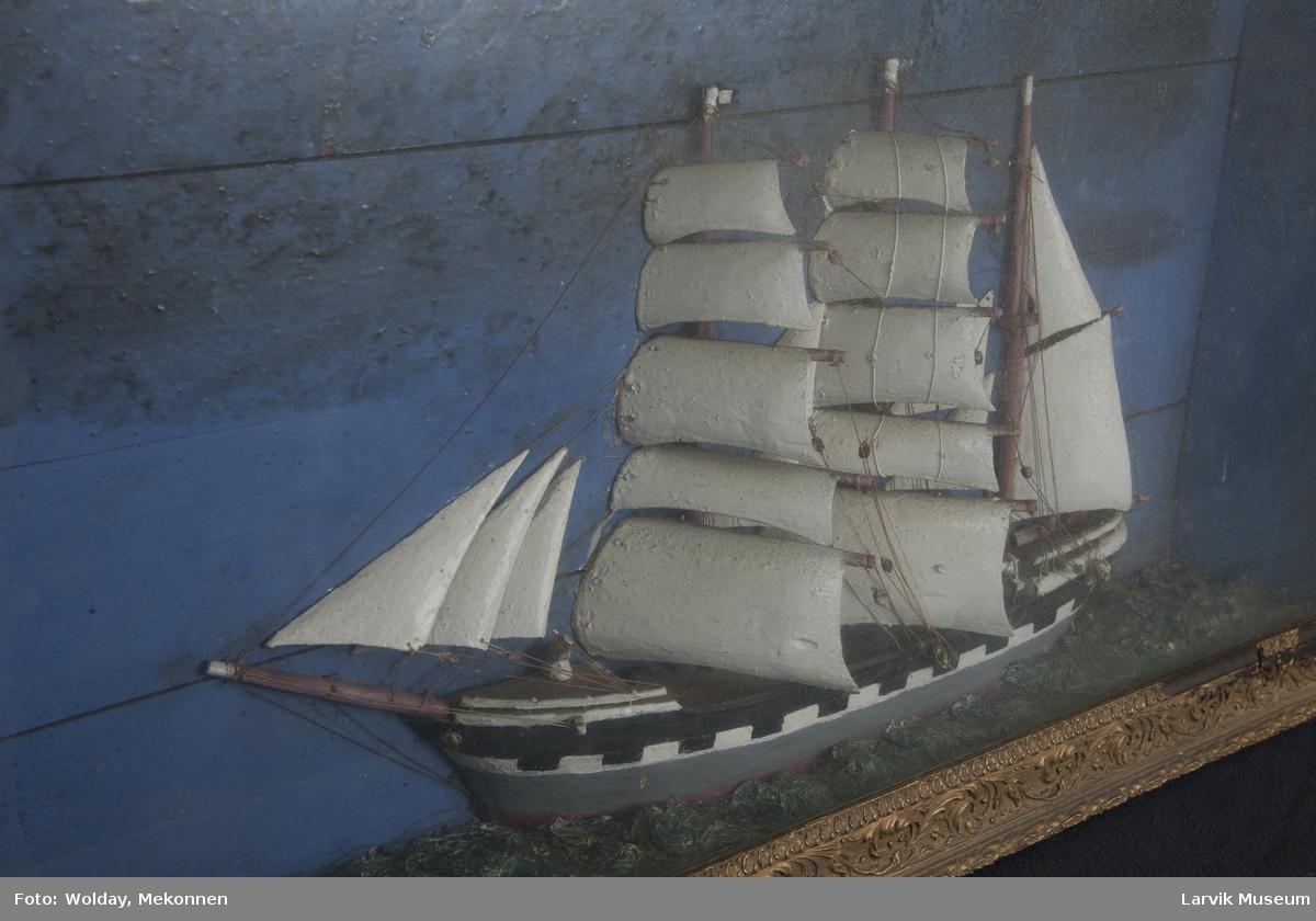 Kanonportet bark under fulle seil, hav og himmel, en stein i v. hjørnet