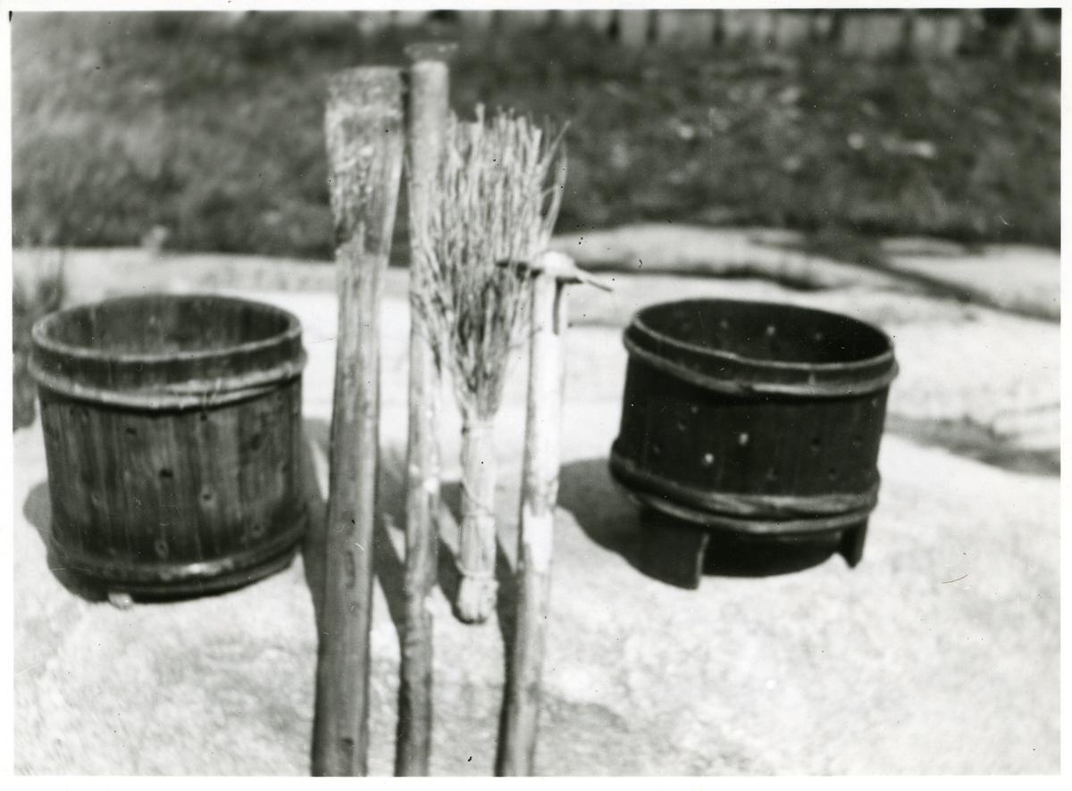 Ulike redskaper til ysting og laing av prim. Fra venstre: suroststokk, primspade, primstav med jernsko, primvisp, primtvore og søtoststokk. Alt ifra Høvstrøn på Høvreslia i Valdres.