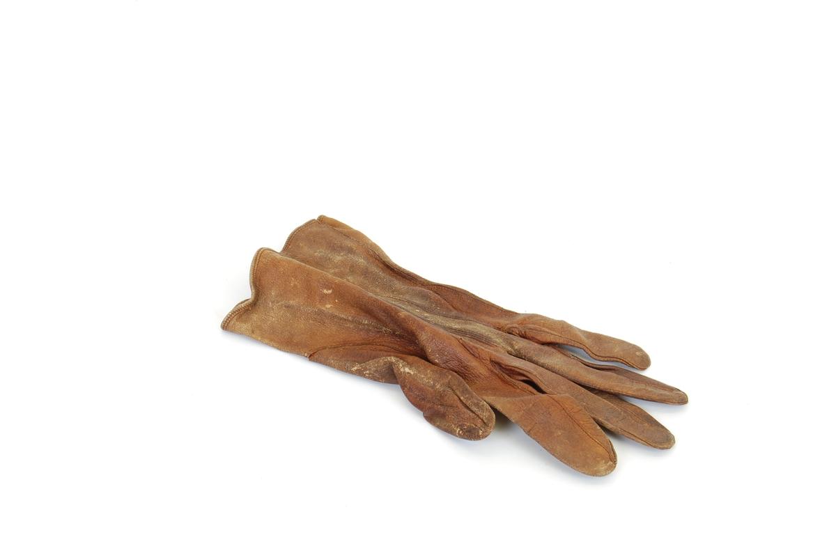 Form: hanskeforme med 3 trippelsømmer oppå