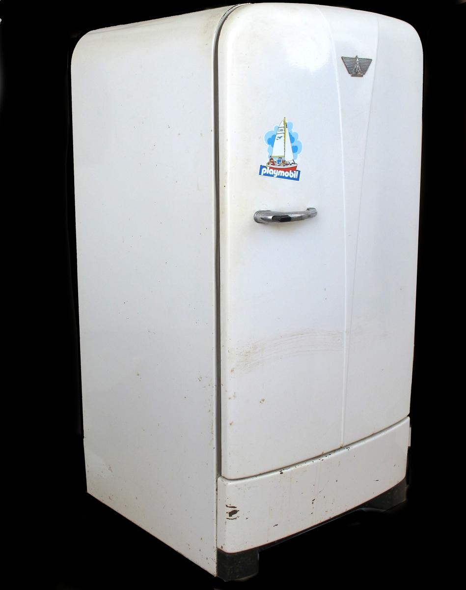 Kjøleskap av plast og metall. Avrundet form. Klistremerke på kjøleskapdøra.