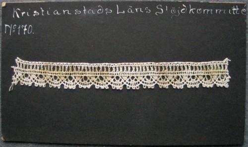 Kristianstads läns hemslöjdskommitté No 170. Ljusgull och variant på Trehålstagg.