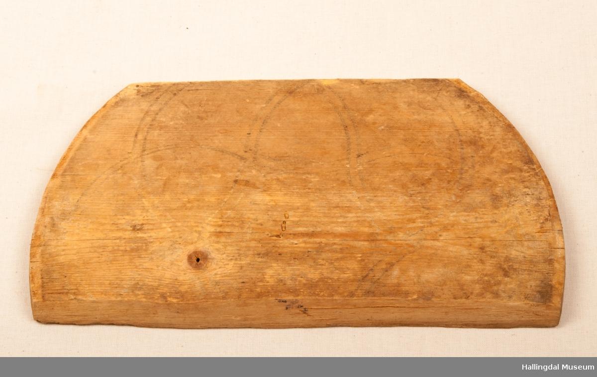 Del av lokk på ei TINE eller butt, risset dekor