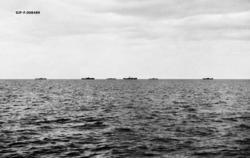 Dampskip, fotografert i oppankrete posisjoner uten for Onega