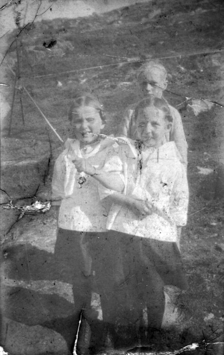 Tre ukjente jenter fotografert i terrenget en sommerdag. Bildet er muligens tatt i Kvalsund kommune før evakueringa.