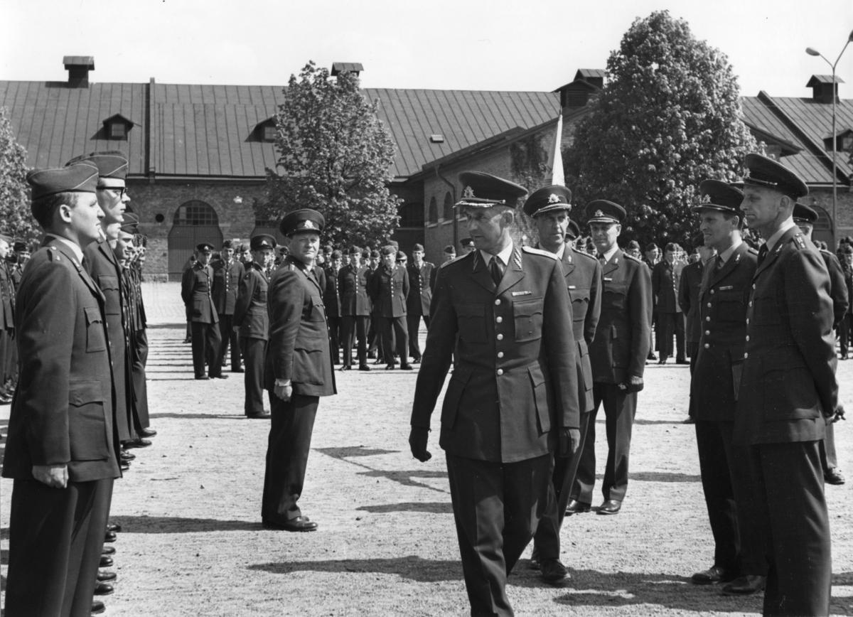 Inspektion, A 6. Militärbefälhavaren inspekterar. Namn se notering.