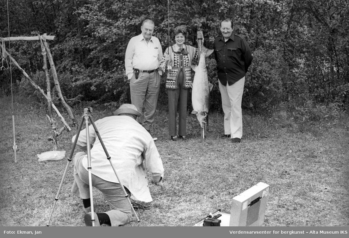 Fangst med personer. Fotografert 1982. Fotoserie: Laksefiske i Altaelva i perioden 1970-1988 (av Jan Ekman).