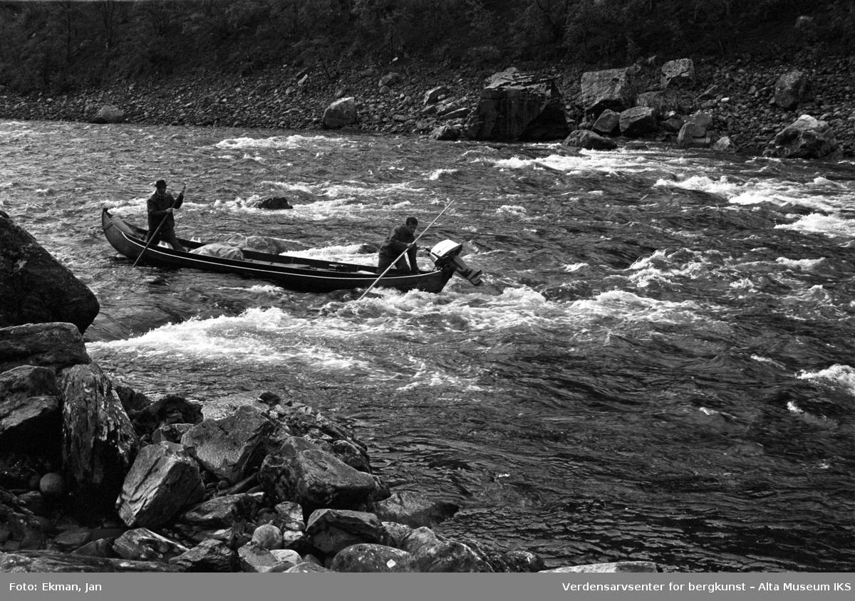 Elvebåt i landskap. Fotografert 1972. Fotoserie: Laksefiske i Altaelva i perioden 1970-1988 (av Jan Ekman).