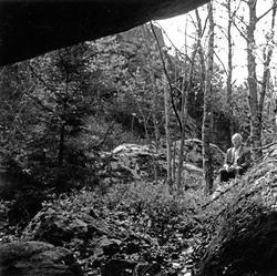 """Enligt text: """"Foto från grotta nr 2 Bräcke Tanum""""."""