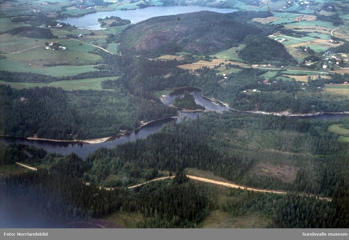 Flygfoton över landskapet längs med Ljungan nedströms Marmen. Viforsen, Krokforsen, Grenforsen, Vinoret, Tunbyn, Allsta, Klingsta, Klingstatjärn, Storsvedjan.