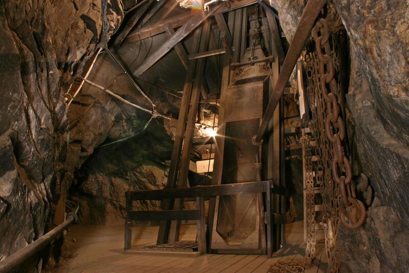 Mannskaps-og malmheis fra 1922 inne i gruva (Foto/Photo)