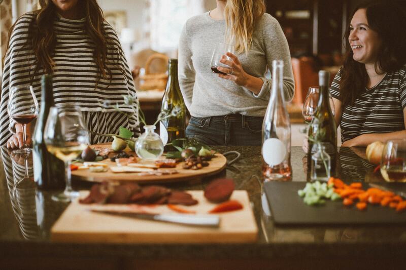 Bildet viser tre kvinner som spiser og drikker (Foto/Photo)