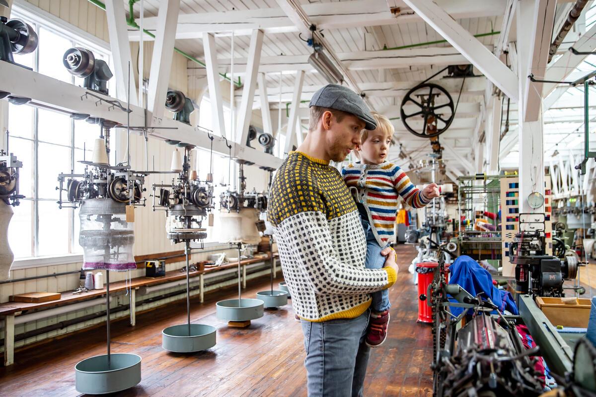 mann og barn i fabrikklokale med maskiner (Foto/Photo)