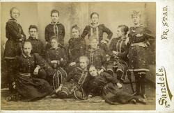 Gruppebilde. Fra venstre: Frøken Larssen, datter av Martin L