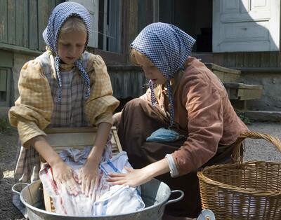 To jenter vasker klær. Foto/Photo