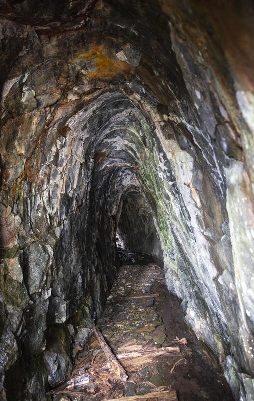 Stollens ytre del er drevet med fyrsetting. Den ble anlagt vinteren 1766–67 og overskar etter kort tid en gang som trolig var sølvførende og ble drevet opp til dagoverflaten – lyset fra den er synlig fra stollåpningen. (Foto/Photo)