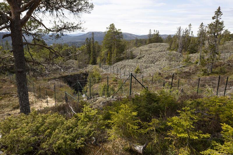 Utsikt vestover mot Meheia over berghaldslandskapet i gruvefeltet ved Knutehåvet; skjerp Nr. 6 fremst i bildet. (Foto/Photo)