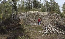 Ved Kronprins Frederik i Norge gruve er det en høy mur for hestegjøpelen. Gruvenavnet kommer av at den ble funnet under Norges-besøket til den regjerende Kronprins Frederik – senere kong Frederik 6. – i 1788. Gruva ligger like nord for Louise dam. (Foto/Photo)