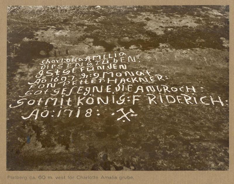 En inskripsjon ved Charlotta Amalia gruve nevner funnet i 1697 og finneren Petter Hackner. (Foto: Henning Tønsberg ca. 1930) (Foto/Photo)