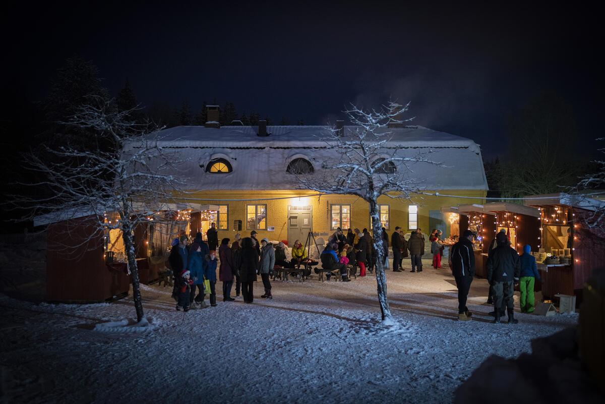 Lysaker gjestgiveri i julestemning. Foto: Morten Reiten/Norsk vegmuseum (Foto/Photo)
