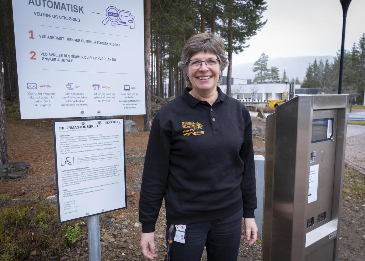 Astrid Stubrud håper mange av de som bruker museet mye vil kjøpe årskort for parkering. Foto: Morten Reiten/Norsk vegmuseum (Foto/Photo)