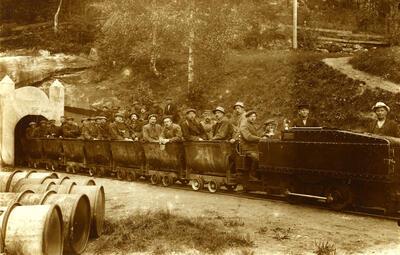Persontog ved inngangen ved Underbergstollen. Foto/Photo