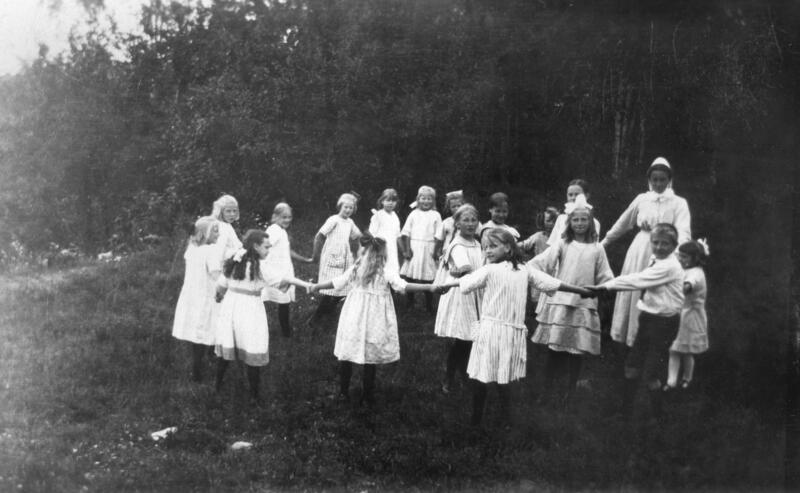 Jenter som leker ringlek, Borgen feriekoloni, Ringsaker. Foto: Anno  Domkirkeodden. (Foto/Photo)