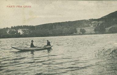 Jarenvannet med Bjørklund pensjonat i bakgrunnen. Foto: Randsfjordmuseet. (Foto/Photo)
