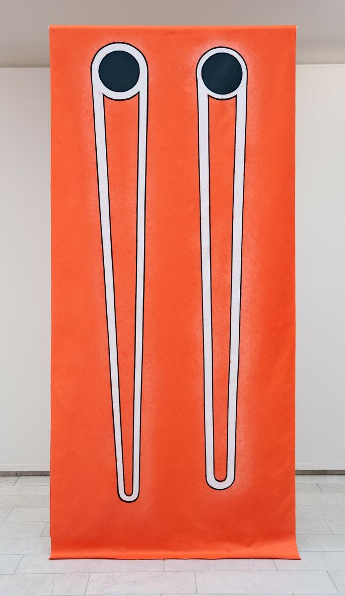 Bente Sætrang. Tittel: Never Look Away (2020).  Medium: Tekstil, Akvarell, Indigosol på damask.   størrelse: 330 (x2) x 150 cm. (Foto/Photo)
