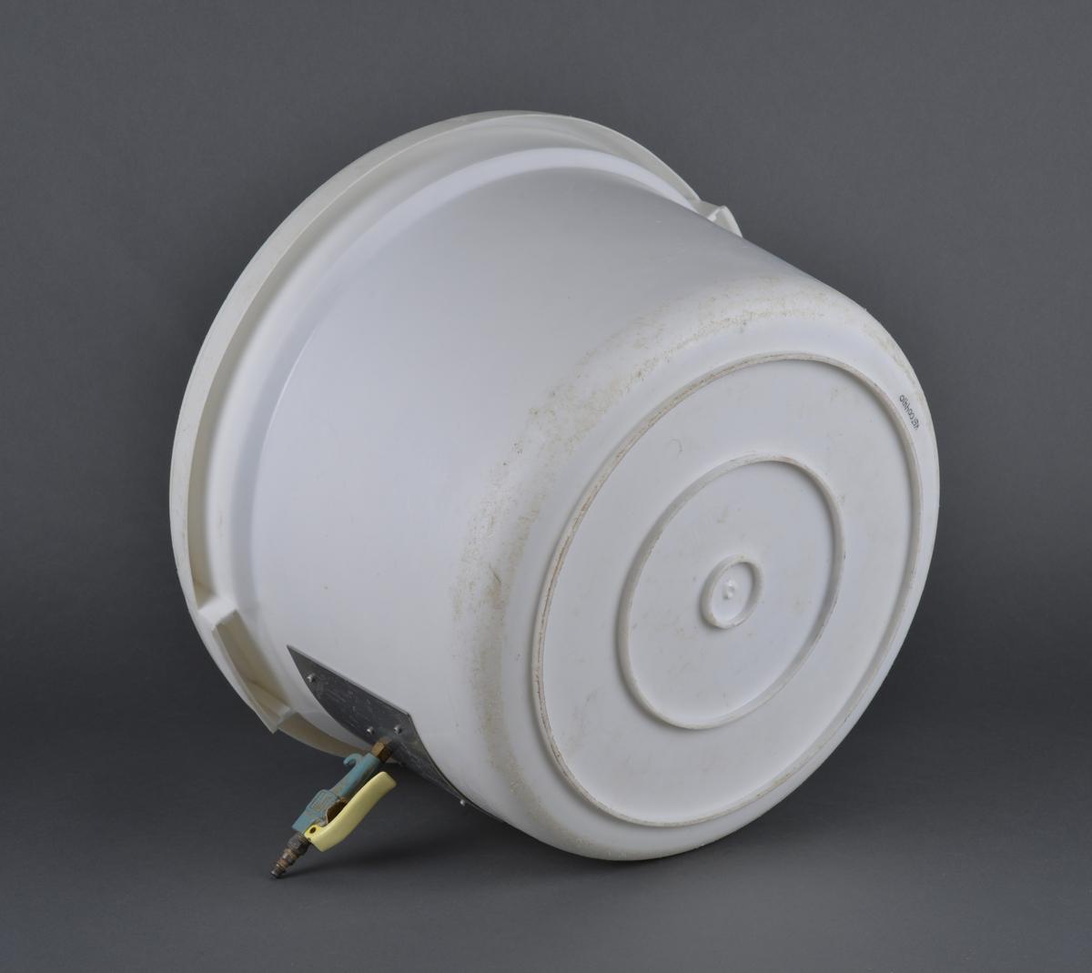 Plastkar med påmontert vakumdyse.  Kvaderatisk metallplate (14 x 14 cm) er skrudd fast til plastkaret, på den er dysen festet.  Brukt ved rensing av krabbeklør. Stanset ut et hull i plastkaret 10 cm opp fra bunnen. Diameter på hullet er 11 cm Redskap i hermetikkindustrien