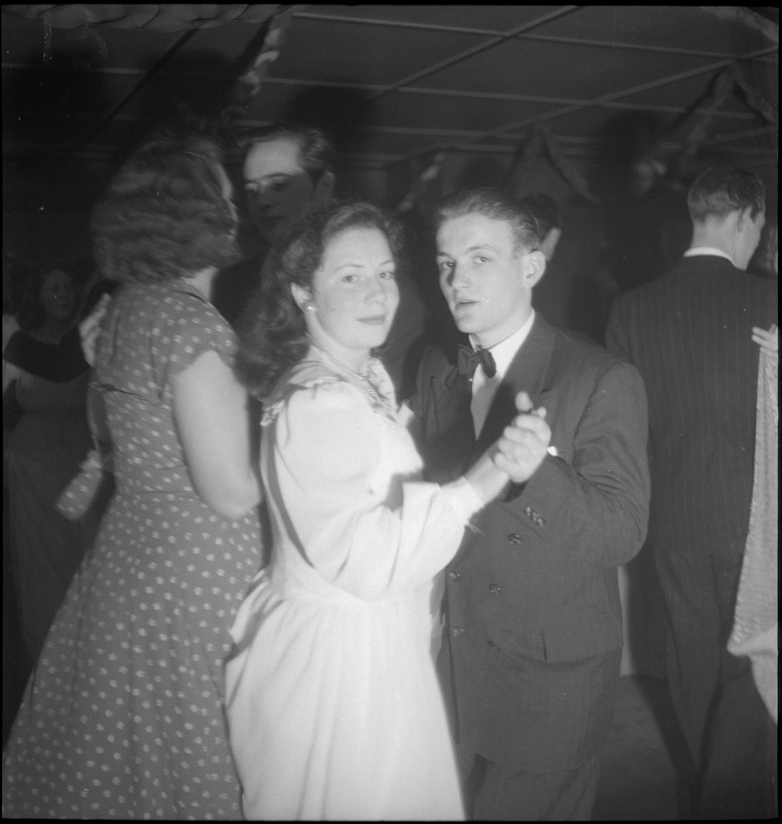 Unge kvinner og menn danser på husmorsklubbens årsfest i Egersund.