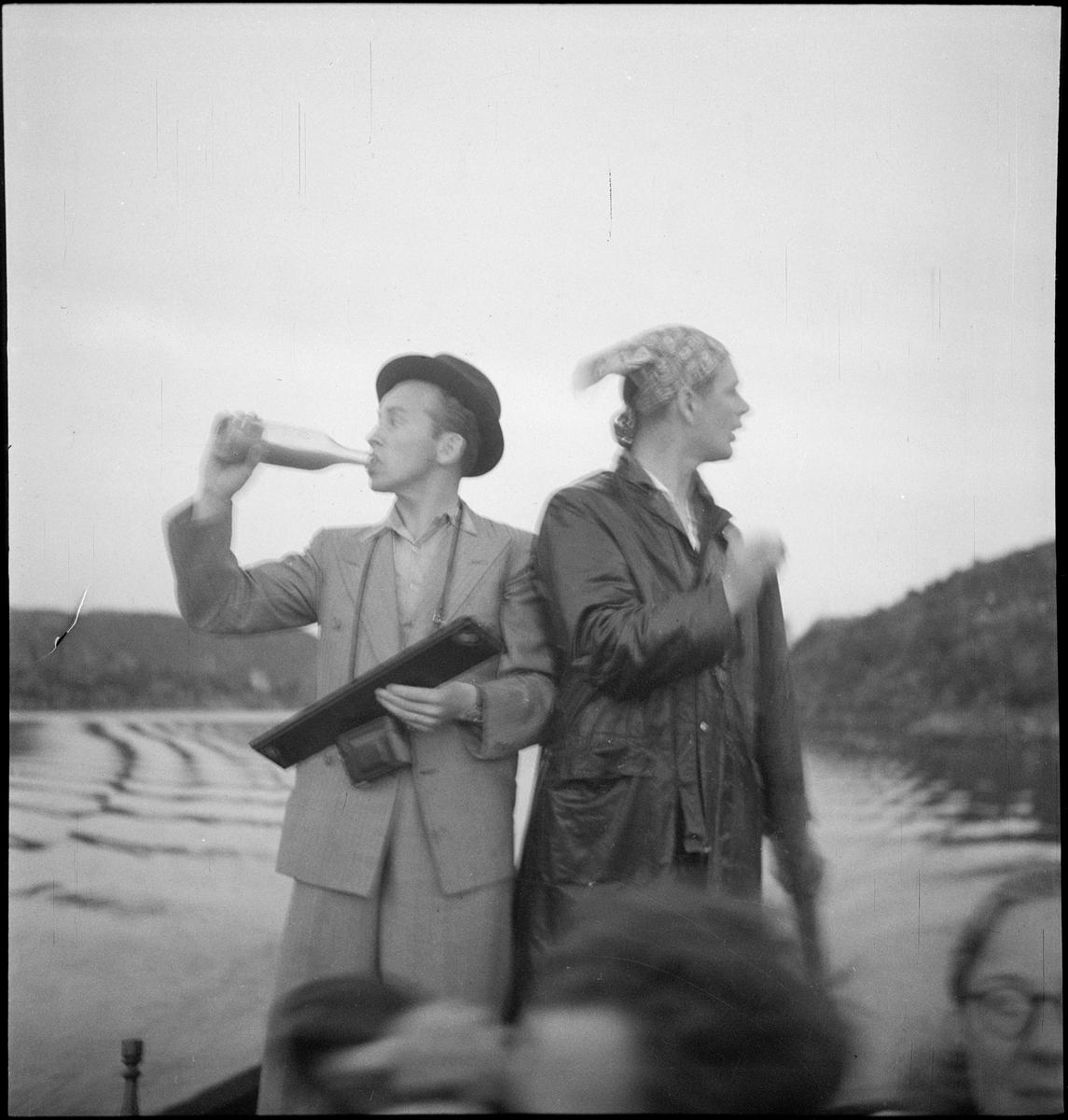 En vennegjeng er samlet for å feire Sankthans i Egersund. De er på båttur og sitter på en brygge vendt mot Lindøya.