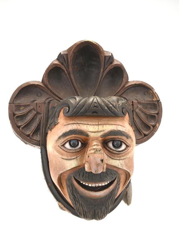 Sledehode (FTT.12652). Et stort sledehode i tre. Naturalistisk utført hvor ansiktet er malt. Masken har bladranker som hår- og hodebekledning. Sledehodet er deponert oss av Vitenskapsmuseet og oppgis å være fra Huseby, Skaun i Trøndelag. (Foto/Photo)
